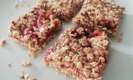 Quadrotti di crumbles di fragole vegan e senza glutine