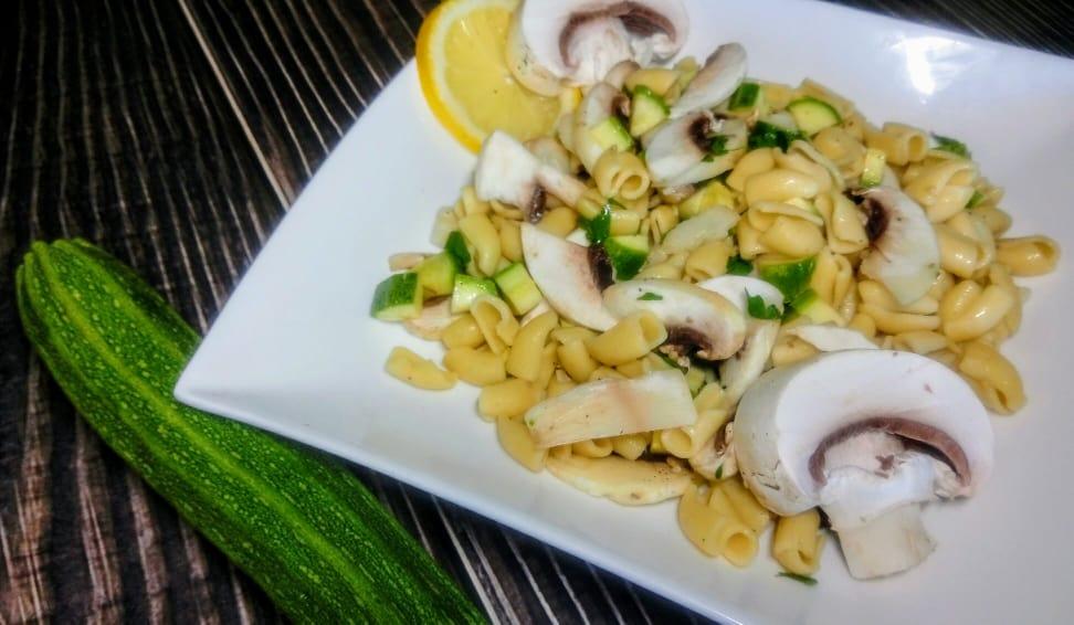 Pasta di ceci con champignon e zucchine