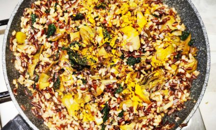 Spadellata di riso rosso con cavolo nero, carciofi e curcuma
