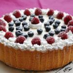 Torta Charlotte con chantilly e frutti di bosco per la Festa della mamma